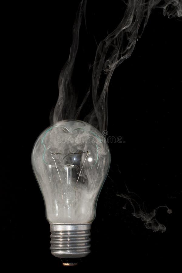 """Die Zeit der Verbrennung gebrochenen elektrischen Lampe ÐœÐ-¾ Ð ¼ Ð?Ð ½ Ñ 'Ñ  Ð ³ Ð ¾ раР½ Ð¸Ñ  Ñ  Ð"""" Ð?ÐºÑ ¹ Ð ¾ кР Ð?Ñ stockfoto"""