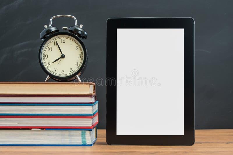 Die Zeit zeigen immer sich auf Digital-Tablet für Semesteranfang stockfotos