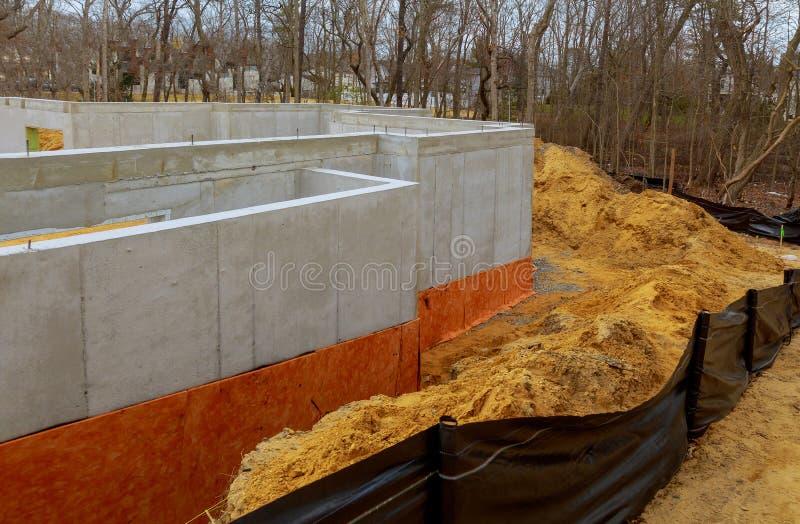 Die Zementkellergrundlage einer Neubauwohnungenentwicklung lizenzfreies stockfoto