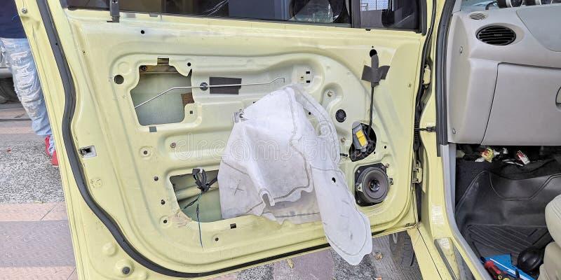 Die zentrale Verriegelung des Porzellanautos reparierend, bauen Sie für Kontrolle auseinander und die Prädikatverdrahtung, die an stockfotografie