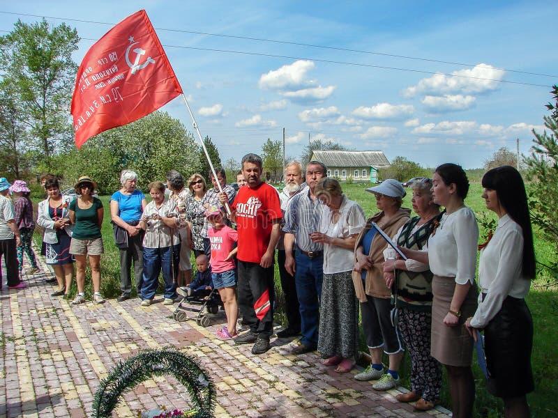 Die Zeremonie am Massengrab im Dorf von Kaluga-Region (Russland) auf 8 kann 2016 lizenzfreies stockbild