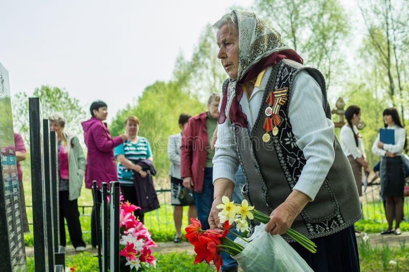 Die Zeremonie am Massengrab im Dorf von Kaluga-Region (Russland) auf 8 kann 2016 stockbild