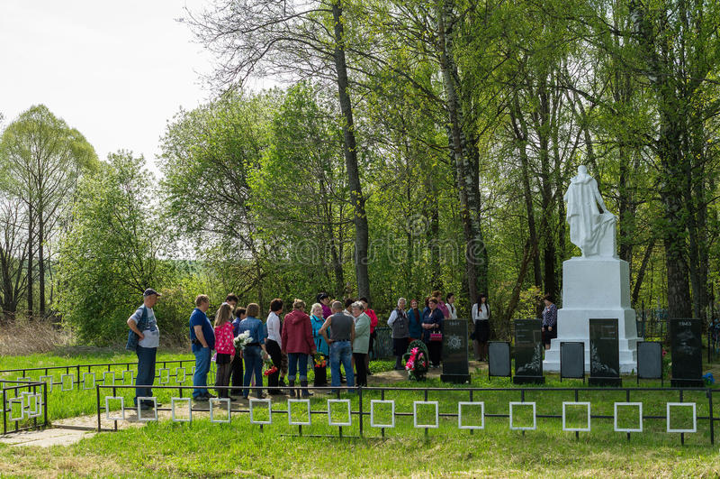 Die Zeremonie am Massengrab im Dorf von Kaluga-Region (Russland) auf 8 kann 2016 stockfoto