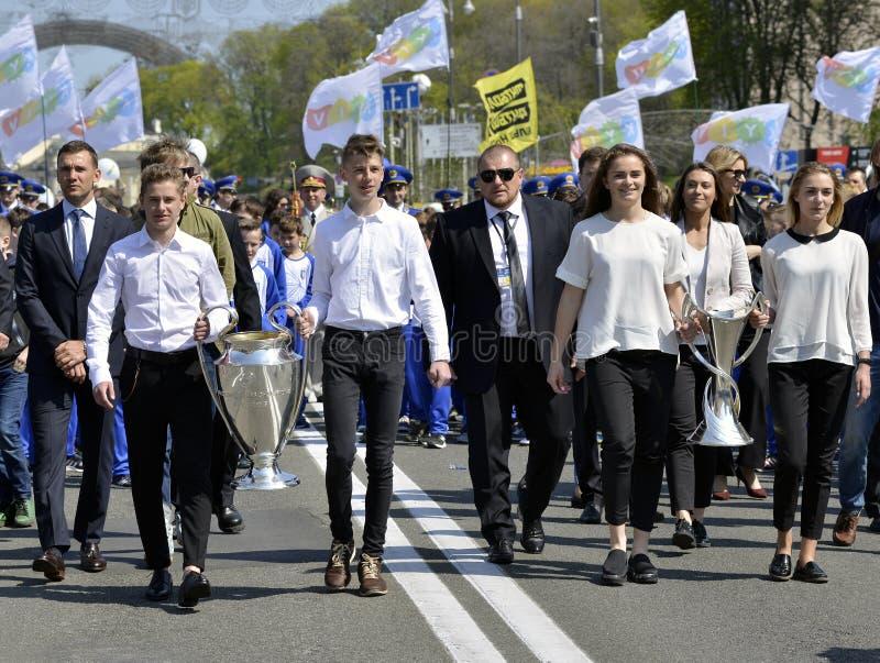 Die Zeremonie, zum der Cups des Männer ` s und Frauen ` s der UEFA-Meister-Liga zu Kyiv zu überreichen stockfotografie