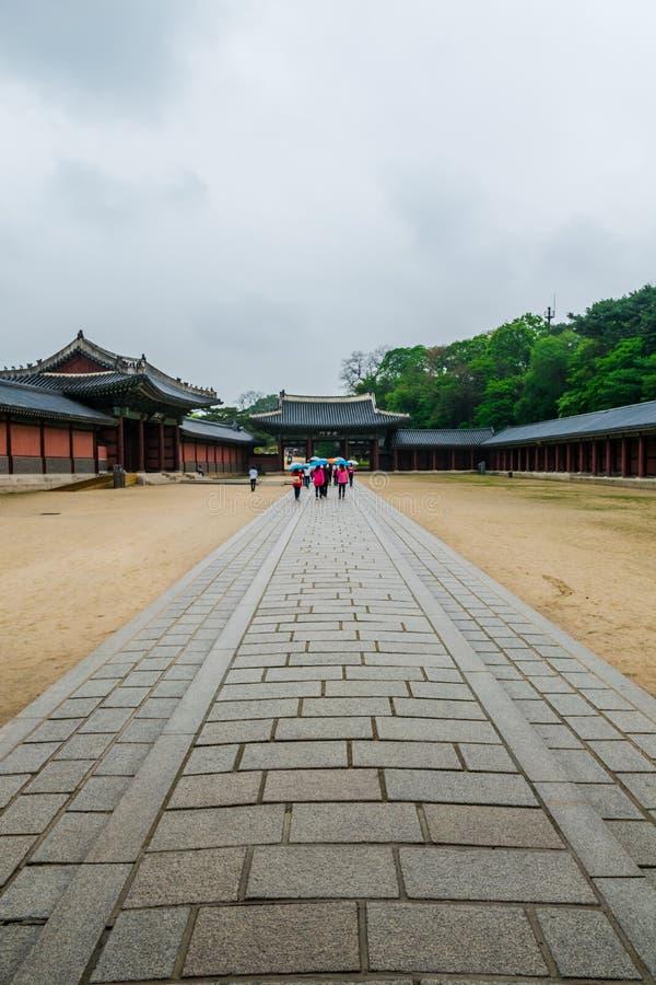 Die Ziegelsteinwegweise zum Schloss in Südkorea stockbilder