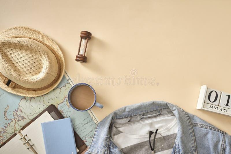 Die zufälligen Ausstattungen der Männer mit Zusätzen für Reise während der Ferien lizenzfreie stockfotografie