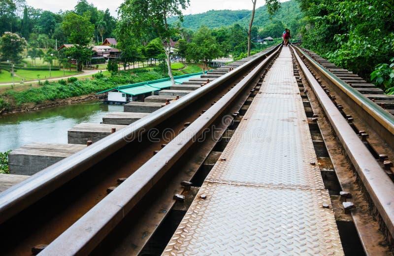 Die Zugfahrtabflussrinne Tham-krasae Brauteisenbahn stockbild