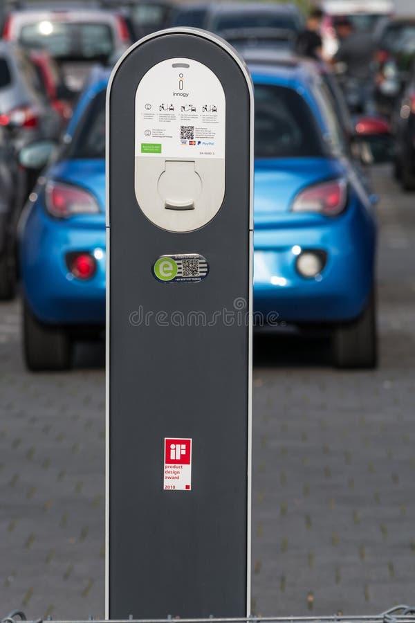 Die Zukunft der Automobilaufladung des modernen Elektroautos auf der Straße lizenzfreie stockfotos