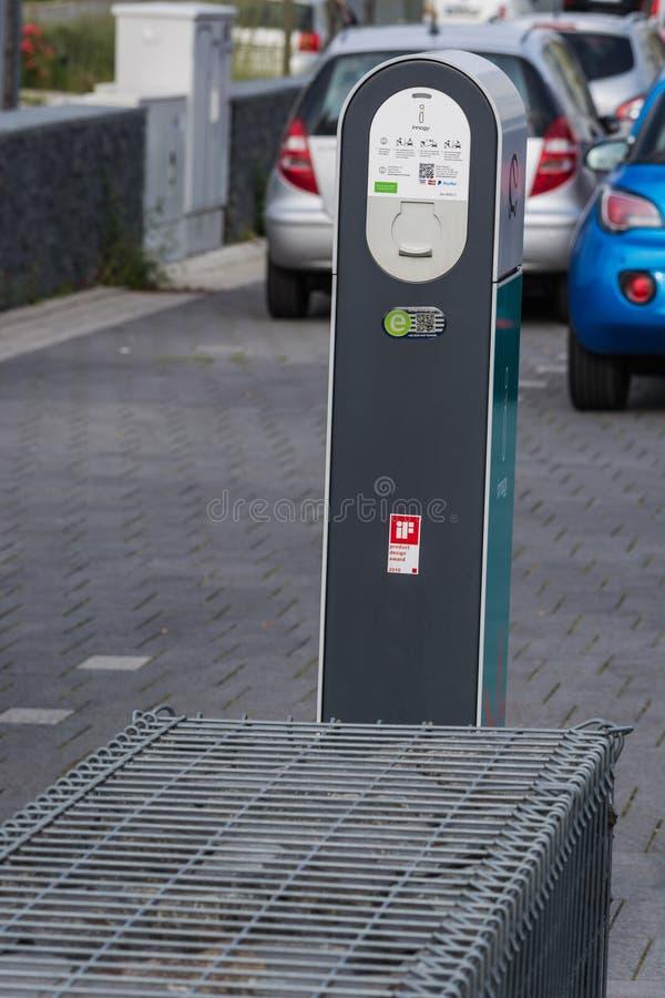Die Zukunft der Automobilaufladung des modernen Elektroautos auf der Straße stockbilder