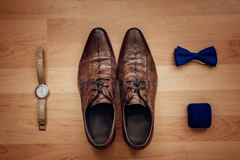 Die Zusätze der Männer: Uhr, Bindung, Gurt, Manschettenknöpfe, Draufsicht der Parfümschuhe lizenzfreie stockfotografie