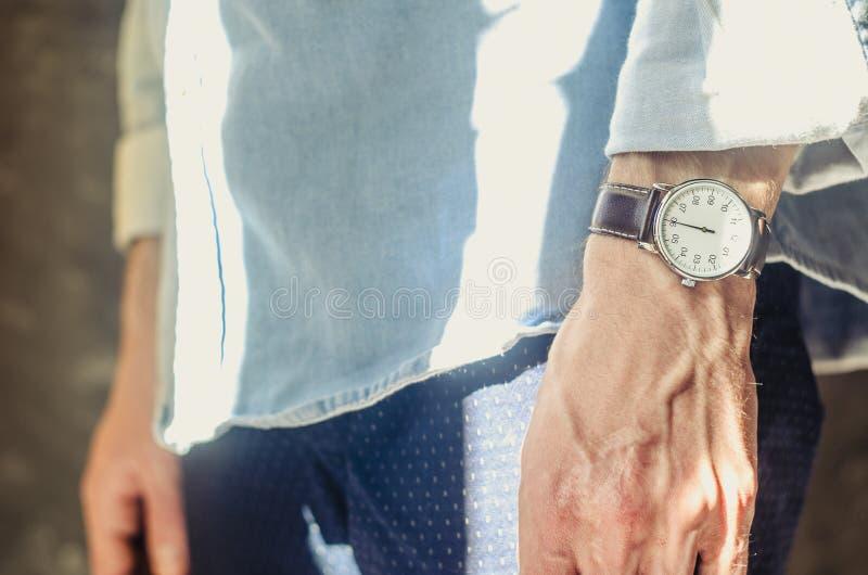Die zusätzlichen eleganten Armbanduhren der Männer stockbild