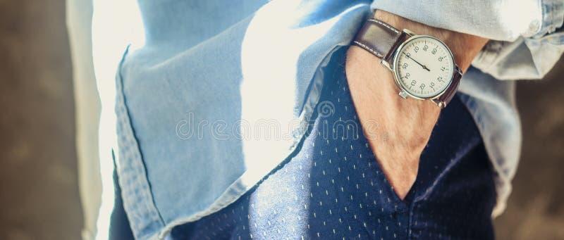 Die zus?tzlichen eleganten Armbanduhren der M?nner lizenzfreie stockfotos
