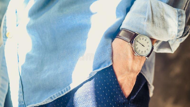 Die zus?tzlichen eleganten Armbanduhren der M?nner stockbilder