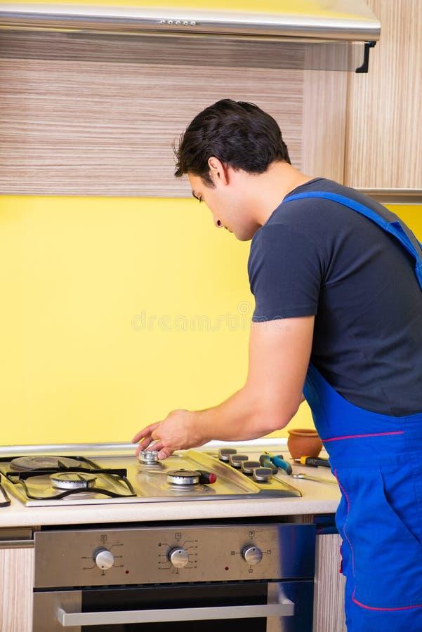 Die zusammenbauenden Küchenmöbel des jungen Generalunternehmers lizenzfreie stockfotos