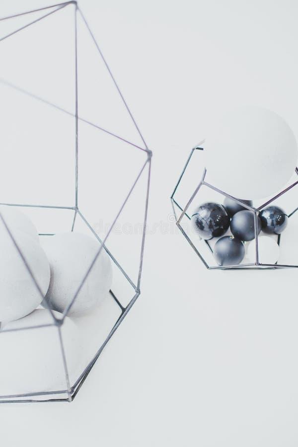 Die Zusammensetzung von Bällen von geometrischen Unterstützungen des Zementes und des Metalls, Dekor, Haus Innen, modern stockbild