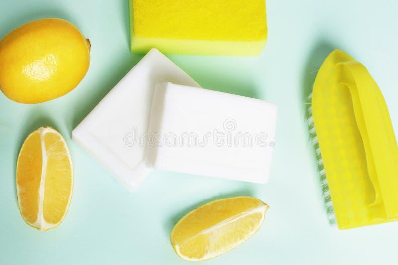 Die Zusammensetzung von Reinigungsmitteln für Bleichflecke auf einem blauen Hintergrund lizenzfreie stockfotografie