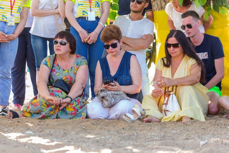 Die Zuschauer sitzen auf dem Sand Querneigung des Volga lizenzfreies stockfoto