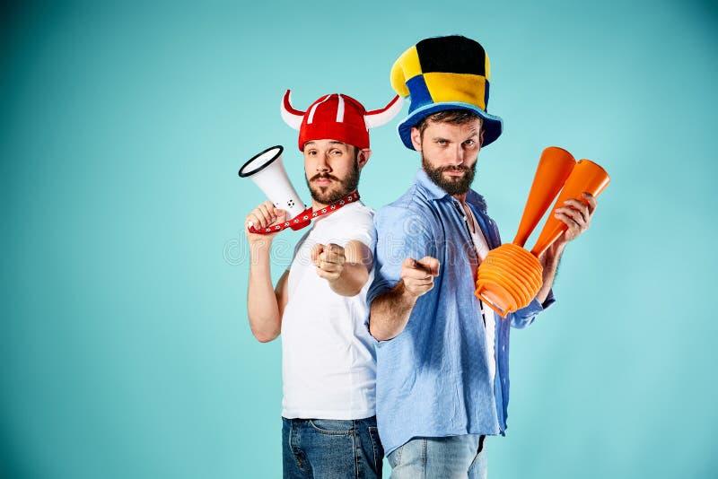 Die zwei Fußballfane mit Mundstück über Blau lizenzfreies stockfoto