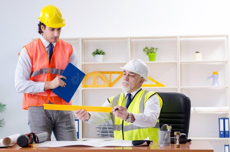 Die zwei Ingenieurkollegen, die unter Projekt arbeiten stockfoto