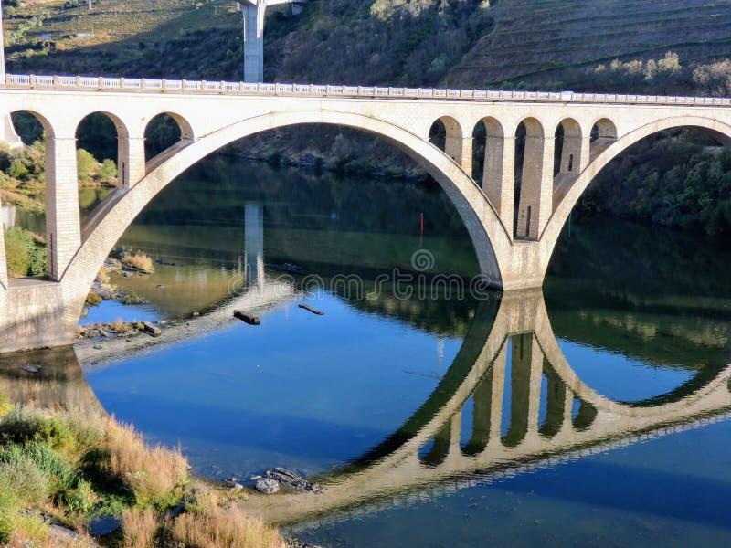Die zwei Straßenbrücken von Regua genommen vom Fußgänger, Regua, Portugal stockfotos