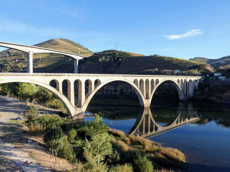 Die zwei Straßenbrücken von Regua genommen vom Fußgänger, Regua, Portugal lizenzfreie stockfotografie