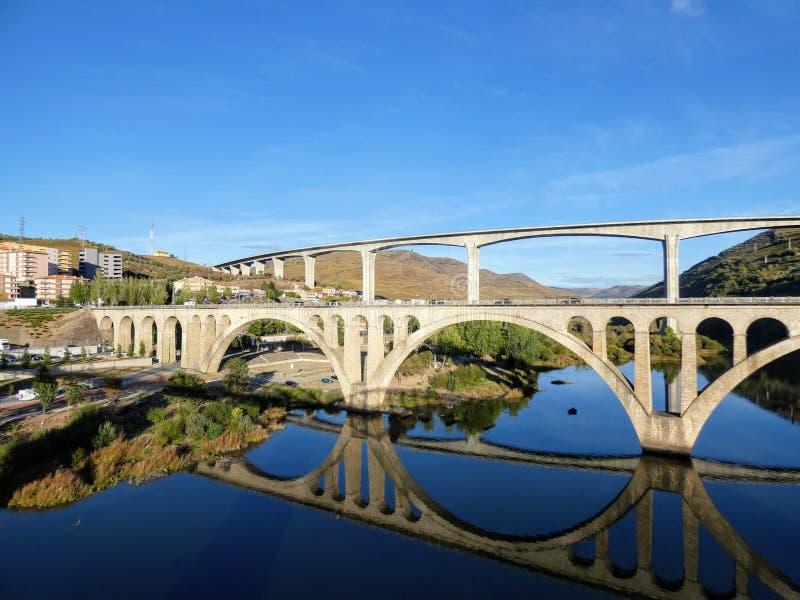 Die zwei Straßenbrücken von Regua genommen vom Fußgänger, Regua, Portugal lizenzfreie stockfotos