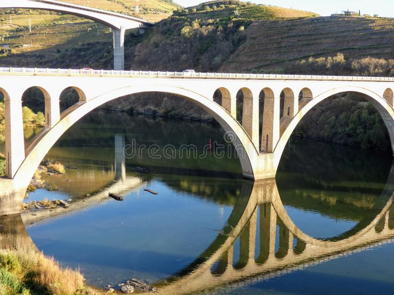 Die zwei Straßenbrücken von Regua genommen vom Fußgänger, Regua, Portugal stockbilder
