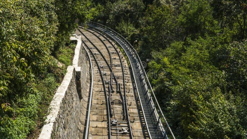 Die Zweiglinie der Eisenbahn an einem Sommertag im sonnigen Wetter lizenzfreies stockbild