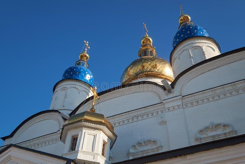 Die Zwiebelformhauben der St.-Sophia-Annahme-Kathedrale von Tobolsk der Kreml Tobolsk Russland stockfotografie