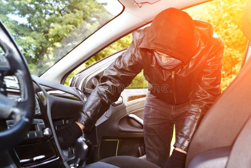 Dieb, der ein Auto stiehlt lizenzfreie abbildung
