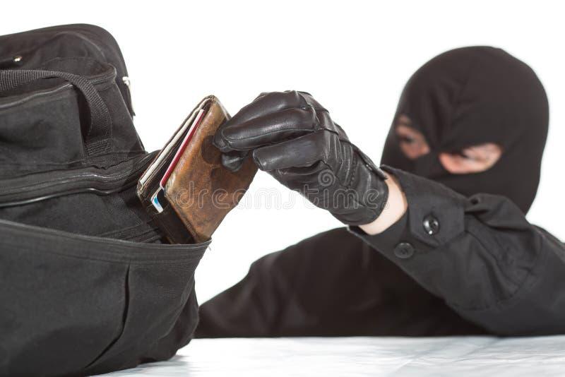 Dieb, der eine Geldbörse stiehlt lizenzfreie stockbilder