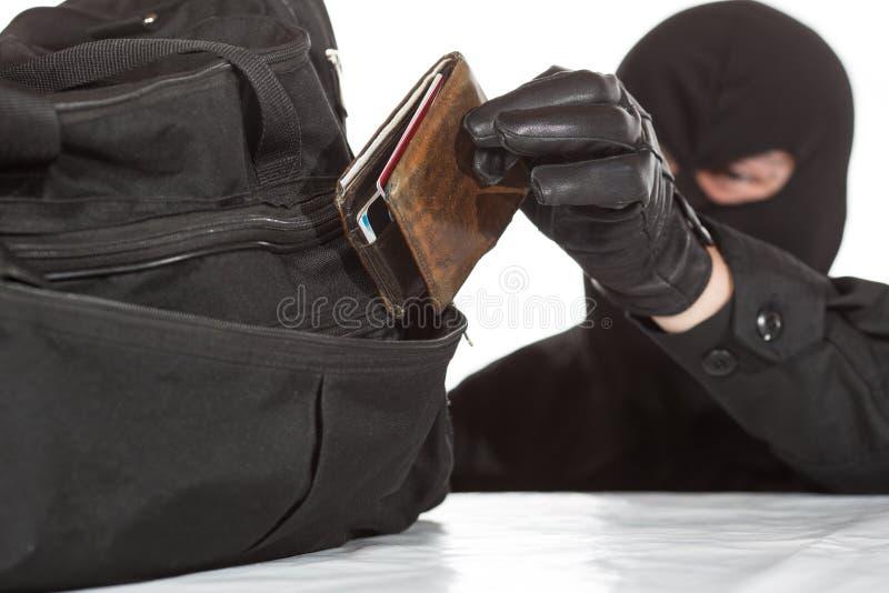 Dieb, der eine Geldbörse stiehlt stockbild