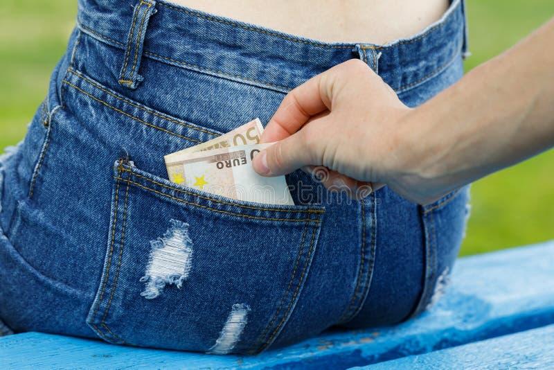 Diebstahl des Geldes von der Gesäßtasche lizenzfreies stockfoto