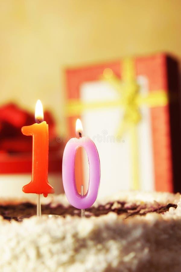 Dieci anni Torta di compleanno con le candele burning immagini stock libere da diritti
