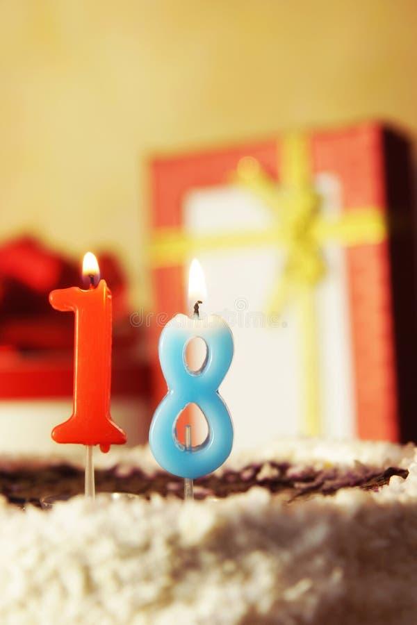 Dieciocho años Torta de cumpleaños con las velas ardientes fotos de archivo