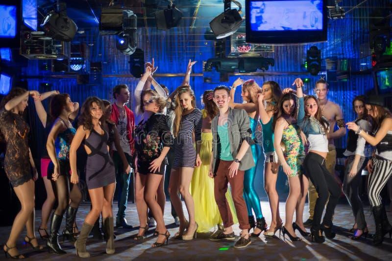 Dieciocho personas jovenes que tienen la diversión y baile fotos de archivo libres de regalías