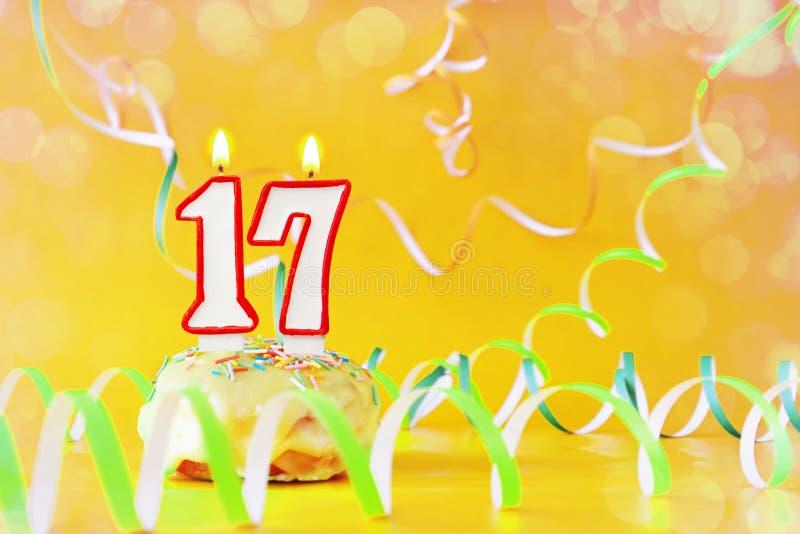 Diecisiete años de cumpleaños Magdalena con las velas ardientes bajo la forma de número 17 fotografía de archivo