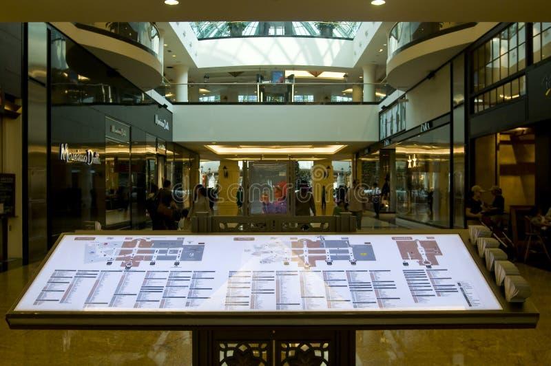 diectory мол эмиратов стоковая фотография rf
