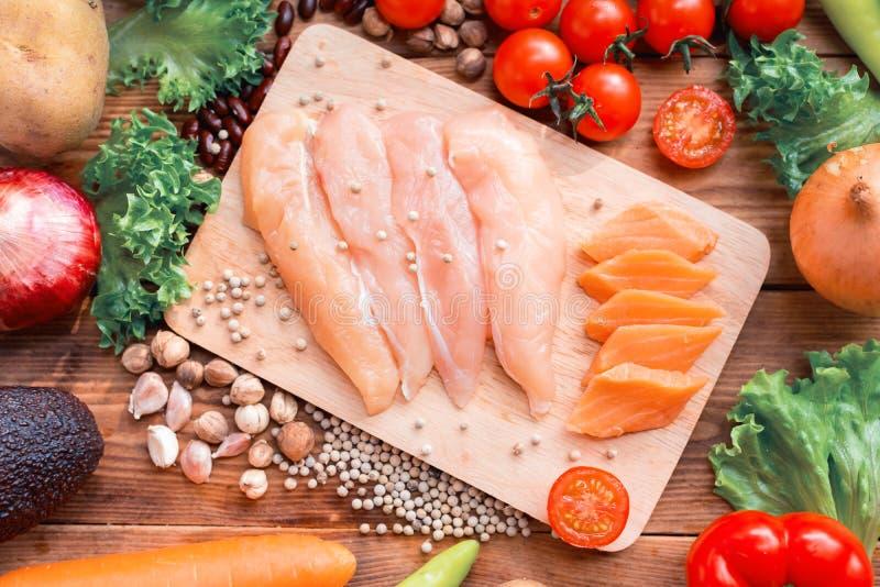 Dieet en gezond voedsel Verse groentensalade met kip en zalm royalty-vrije stock afbeeldingen