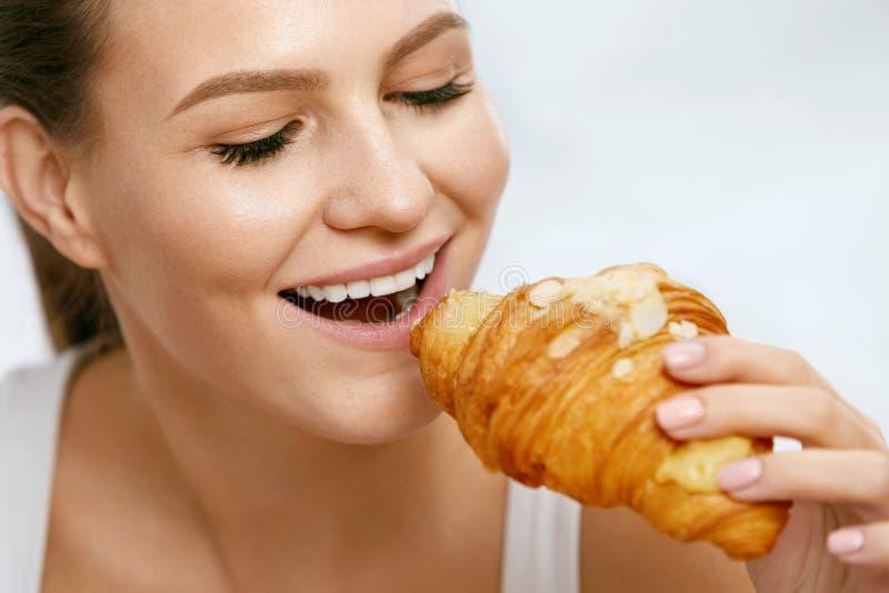 Dieet Gelukkige Vrouw die Croissant voor Ontbijt eten royalty-vrije stock afbeeldingen