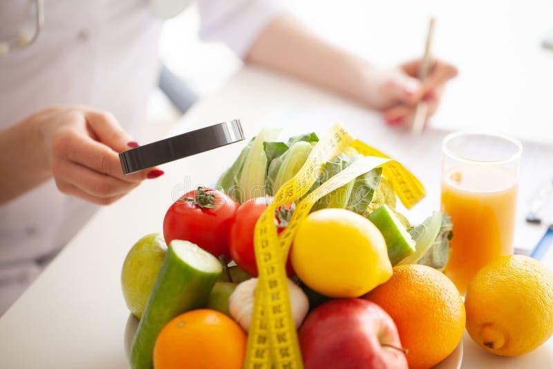 Dieet Geschiktheid en het gezonde concept van het voedseldieet Uitgebalanceerd dieet met groenten Concept natuurvoeding en gezond stock afbeelding