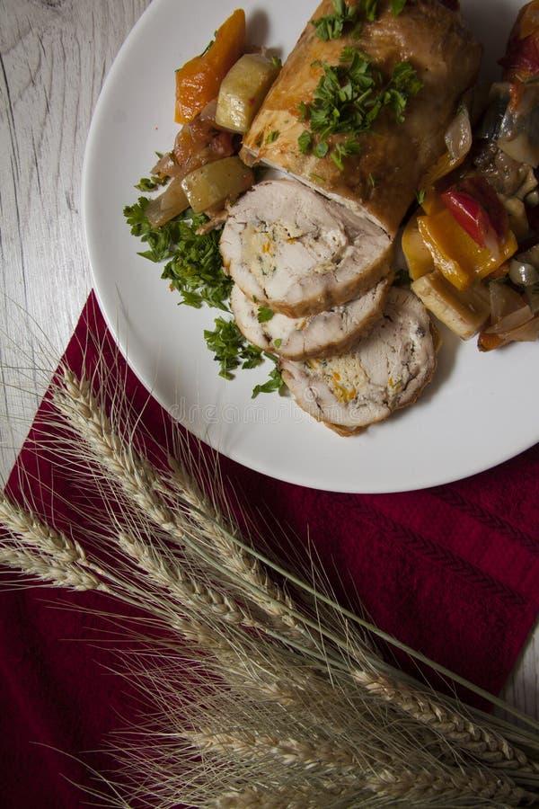 Dieet gesneden kip met lege exemplaarruimte op rode achtergrond royalty-vrije stock foto