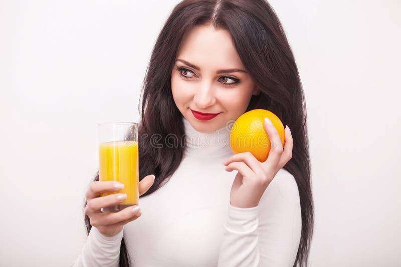 Dieet Het gezonde Eten Jonge vrouw die vers jus d'orange drinkt C royalty-vrije stock foto