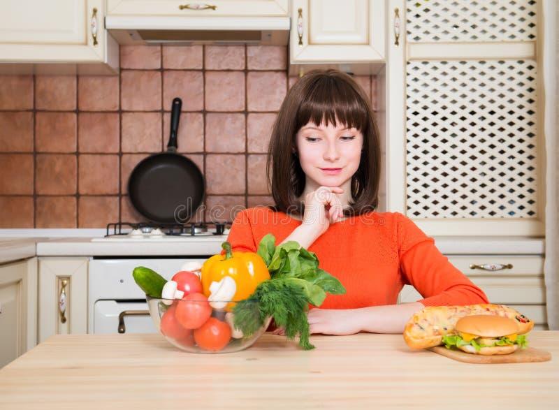 Dieet Het op dieet zijn concept Gezond voedsel Mooie Jonge Vrouw royalty-vrije stock foto's
