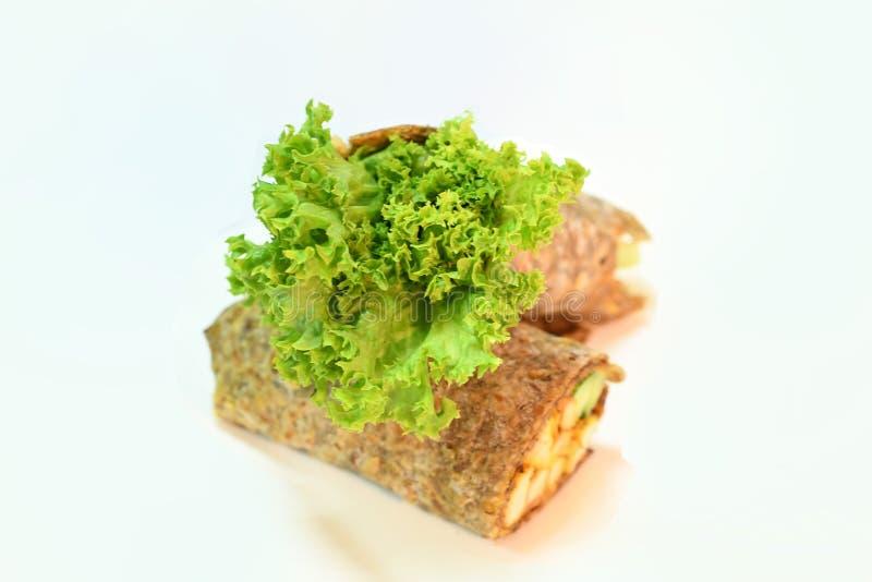 Dieet Hummus met bruine brood & groenten stock afbeelding