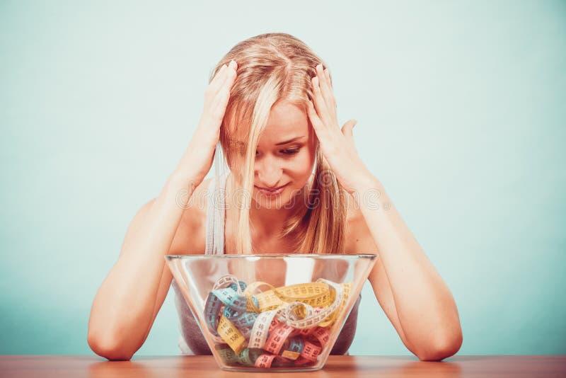 Dieet Meisje met kleurrijke metende banden in kom stock foto