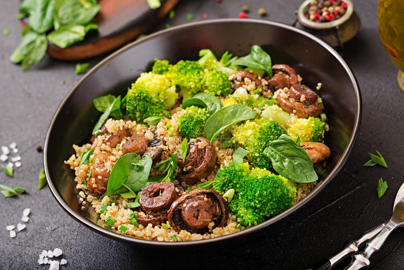 Dieet menu Gezonde veganistsalade van groenten - broccoli, paddestoelen, spinazie en quinoa stock foto