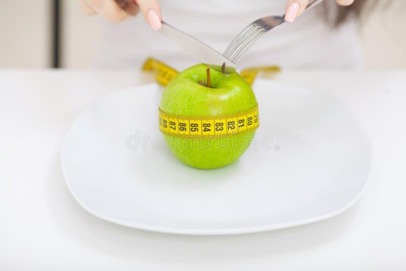 Dieet Sluit foto van meetlint rond een appel op w omhoog wordt gerold dat stock fotografie
