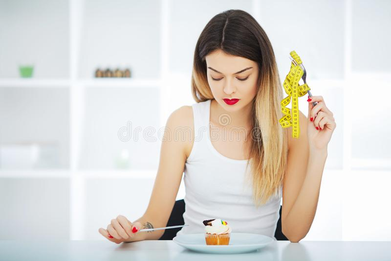 Dieet Ter beschikking houdt het vrouwen hongerige meisje met gele metende band stock afbeelding