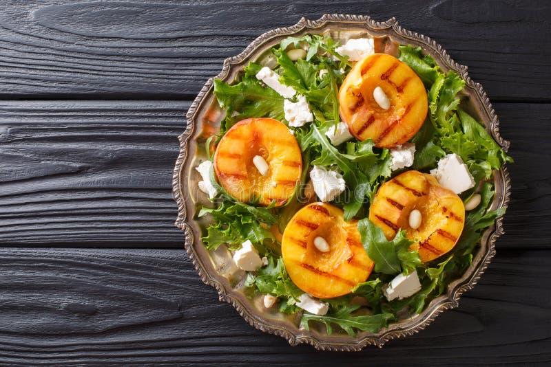 Dieet vegetarische salade met geroosterde perziken, met feta-kaas, royalty-vrije stock afbeeldingen